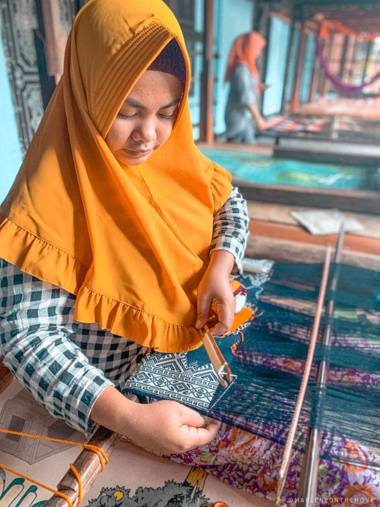 rapariga sasak a tecer. sasak girl weaving