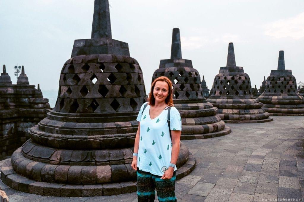Amanhecer em Borobudur num dia nublado