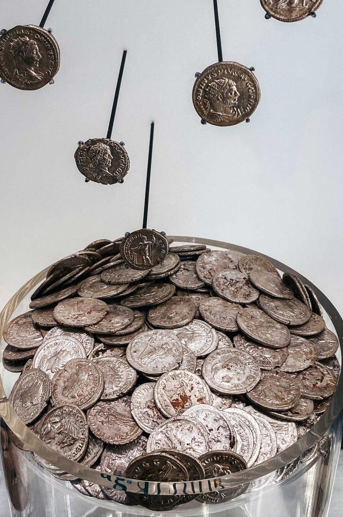 Moedas em exposição nos Banhos Romanos de Bath - Coins on display in the Roman Baths of Bath
