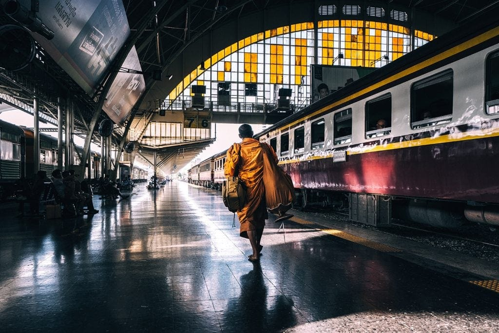 monge no comboio - monk at train station