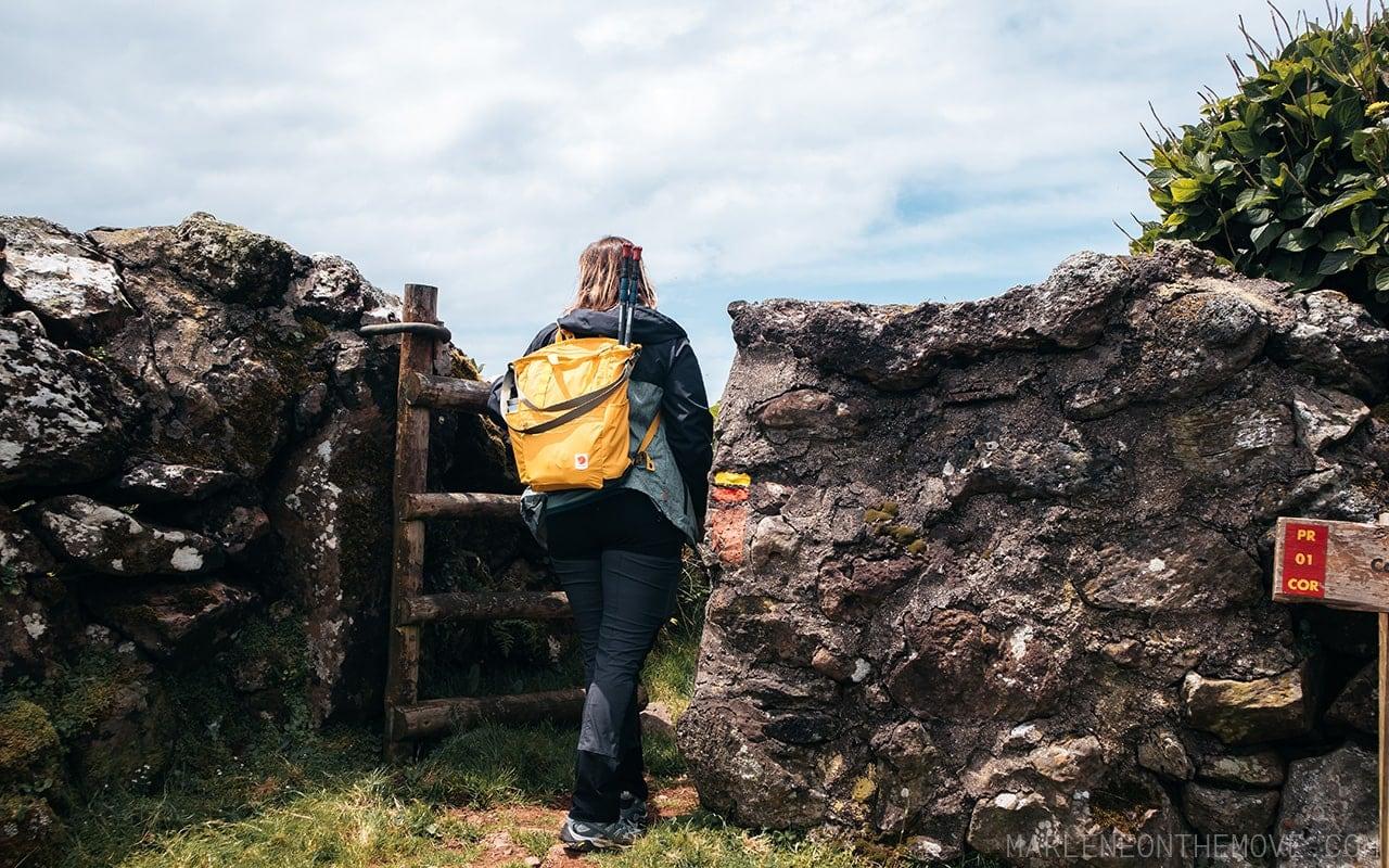 Entrada para trilho da Cara do Índio na Ilha do Corvo